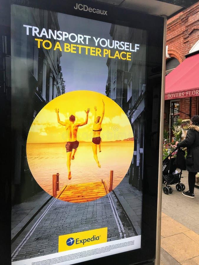 Le panneau d'affichage d'Expedia dans la rue de Londres image stock
