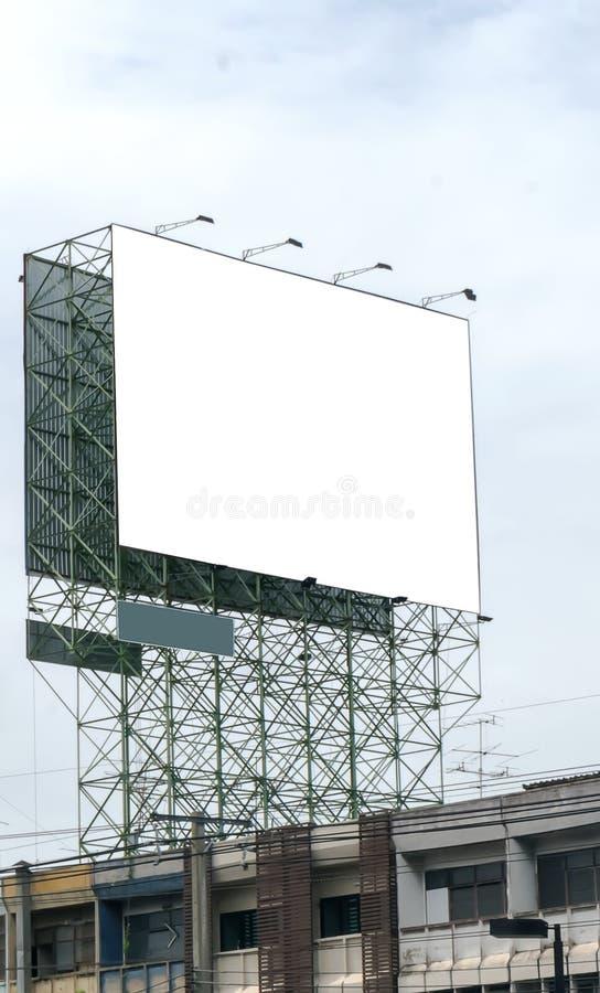 Le panneau d'affichage vide contre le ciel bleu, a mis votre propre texte ici photographie stock libre de droits