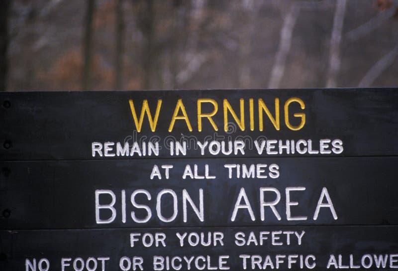 Le panneau d'avertissement aux élans solitaires se garent, la TA concernant le bison images libres de droits