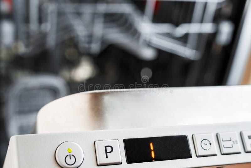 Le panneau de commande du lave-vaisselle Sélectionnez le programme pour le plat image libre de droits