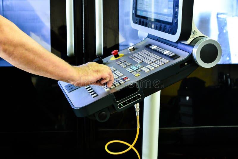 Le panneau de commande du programme de travail sur le panneau de commande du centre d'usinage de commande numérique par ordinateu photos libres de droits