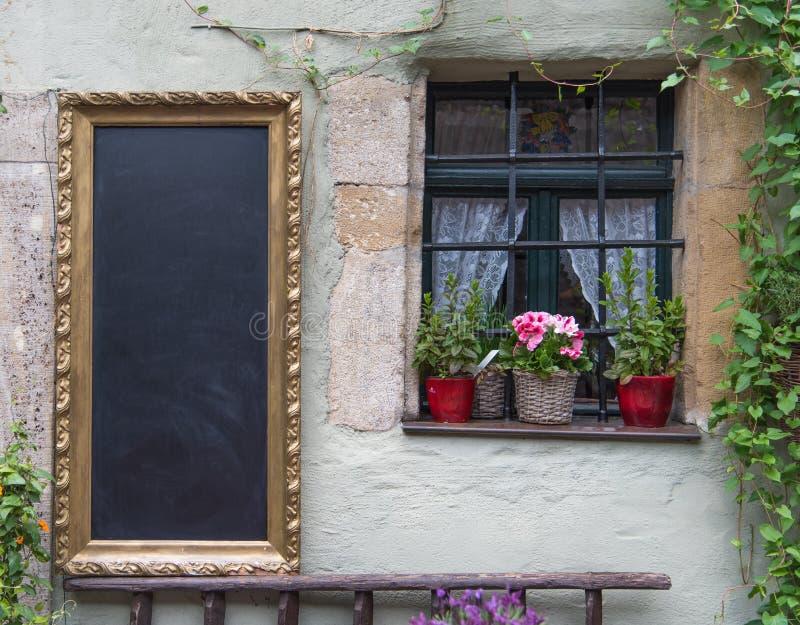 Le panneau de craie noir prêt à être rempli sur le vieux mur classique photos stock