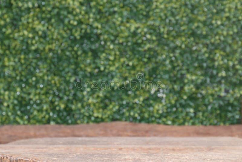 Le panneau de table en bois vieux vident en blanc avant et en bois de planche sur le fond de vert de nature de bokeh, avant en bo photographie stock libre de droits