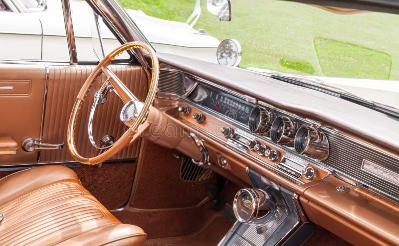 Le panneau de tiret de vieux Pontiac Gran Prix image libre de droits