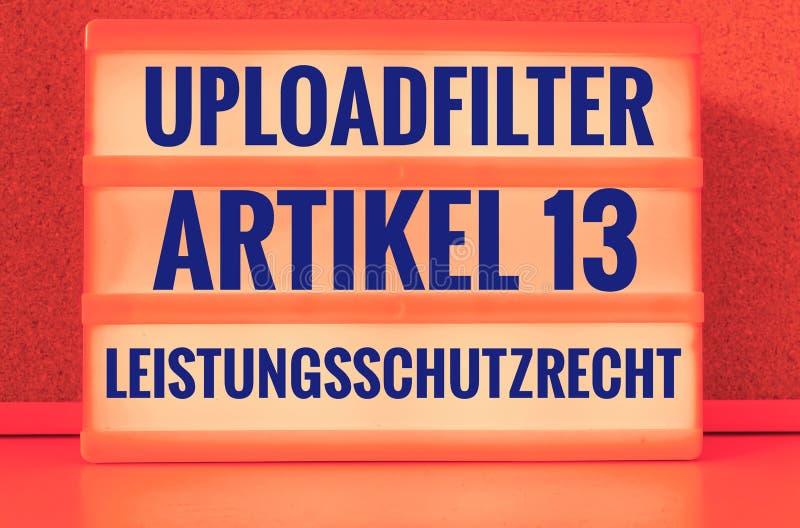 Le panneau lumineux avec l'Allemand exprime Uploadfilter Artikel 13 Leistungsschutzrecht dans l'auxiliaire anglais de l'article 1 image libre de droits