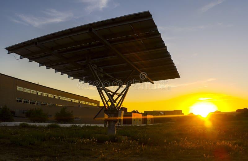 Le panneau photovoltaïque urbain avec le traqueur solaire a placé dehors la construction photographie stock