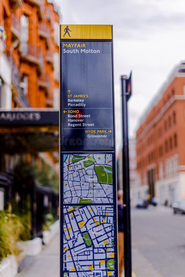 Le panneau routier à Londres énumérant les points de repère célèbres aiment Mayfair et ainsi photos stock