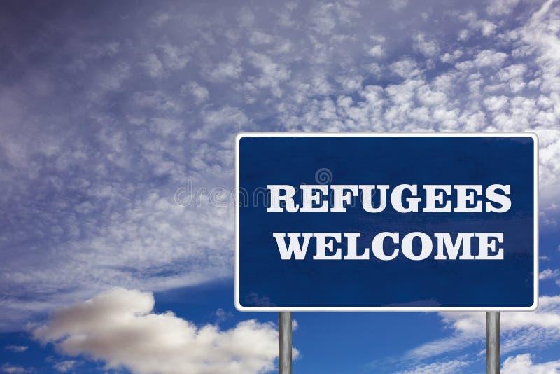 Le panneau routier avec le signe bienvenu de réfugiés photos libres de droits