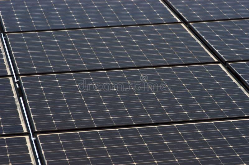 Le panneau solaire couvre de tuiles le plan rapproché, énergie verte de panneaux photos stock