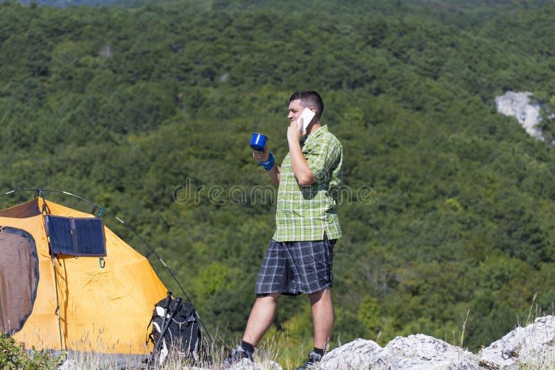 Le panneau solaire fixé à la tente photographie stock