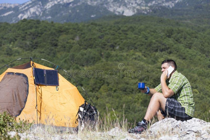 Le panneau solaire fixé à la tente images stock
