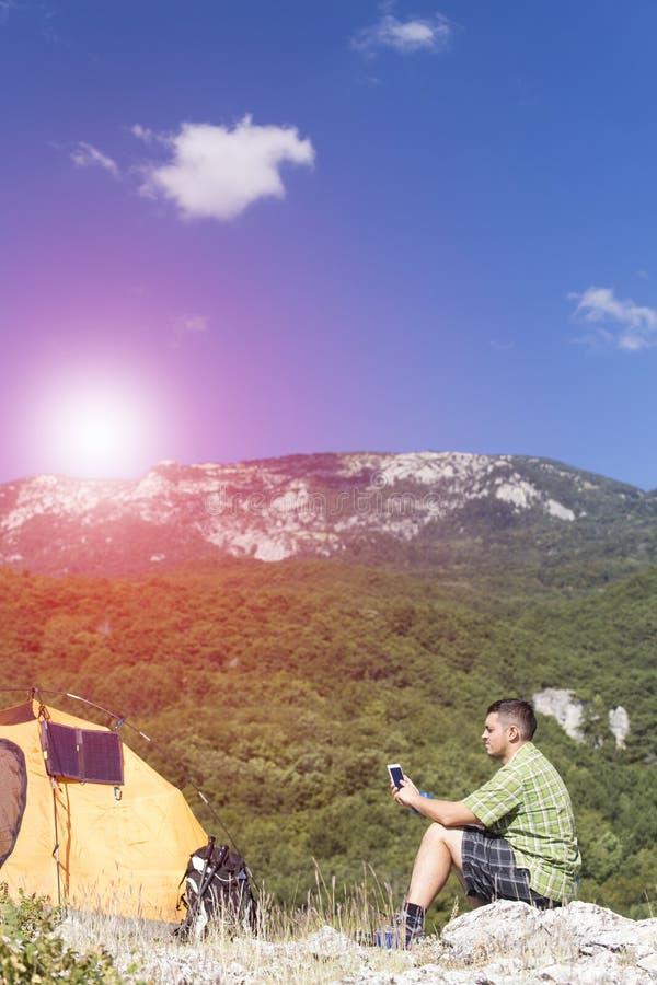 Le panneau solaire fixé à la tente images libres de droits