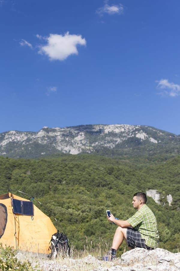 Le panneau solaire fixé à la tente image libre de droits