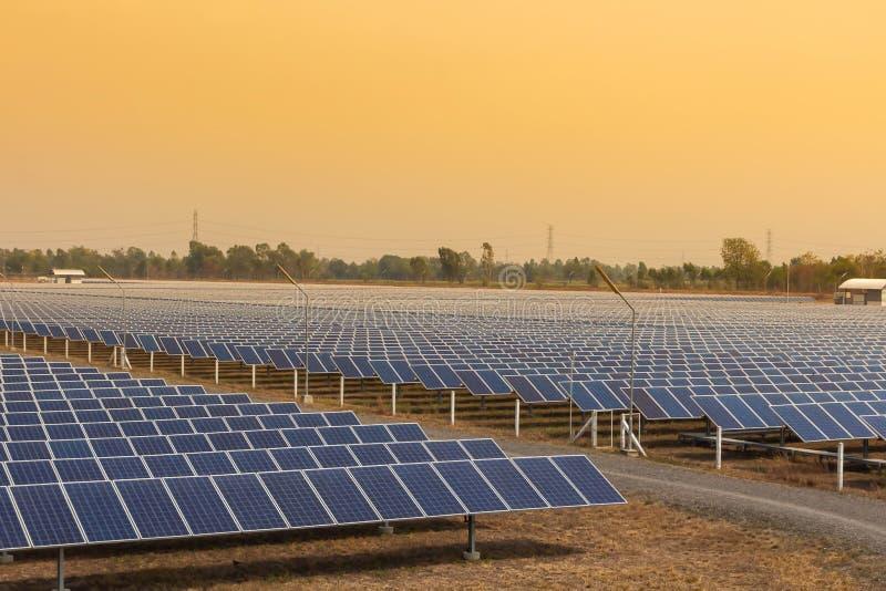 Le panneau solaire, la source alternative de l'?lectricit?, le concept des ressources viables, et c'est un nouveau syst?me qui pe photographie stock libre de droits