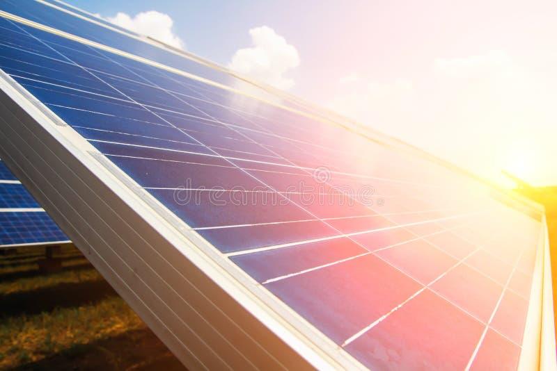 Le panneau solaire, la source alternative de l'?lectricit?, le concept des ressources viables, et c'est un nouveau syst?me qui pe image stock