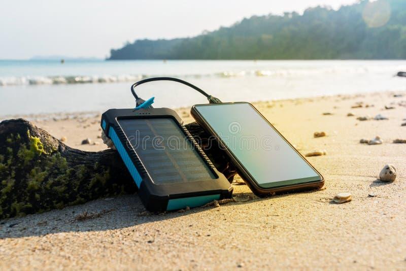 Le panneau solaire portatif est sur la plage photos stock