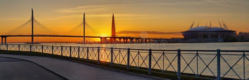 Le panorama câble-est resté le pont et le stade à St Petersburg images libres de droits