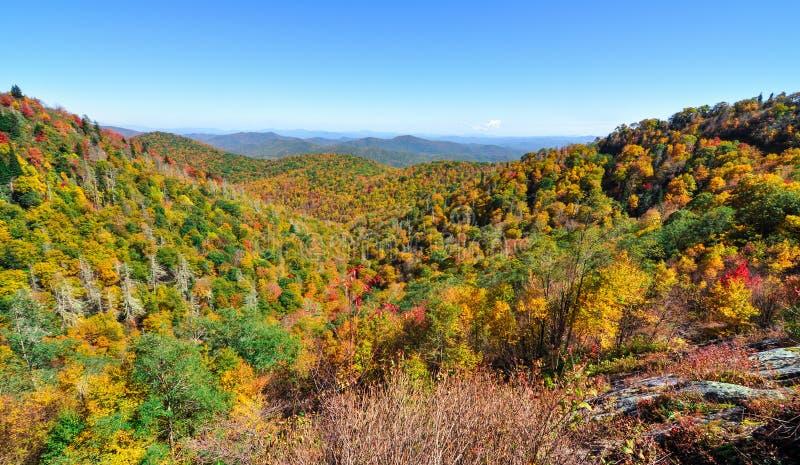 Le panorama d'automne à la fourchette est donnent sur sur le bleu Ridge Parkway pendant la chute dans les Appalaches photographie stock libre de droits