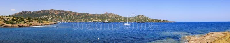 Le panorama de baie d'Agay dans Esterel bascule la côte et la mer de plage Cote Azu photo libre de droits