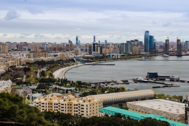 Le panorama de la ville de Bakou dans une tempête avec des gratte-ciel flambent photos libres de droits
