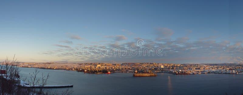 Le panorama de la ville de mer au coucher du soleil, le vieux dock de bateau se tient sur le pilier au milieu de la baie image stock