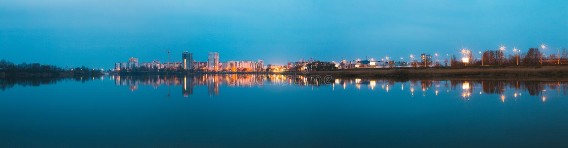 Le panorama de la zone résidentielle urbaine donne sur au lac ou à la rivière city photos libres de droits