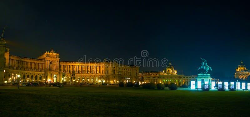 Le panorama de nuit du palais de Hofburg à Vienne, Autriche image stock