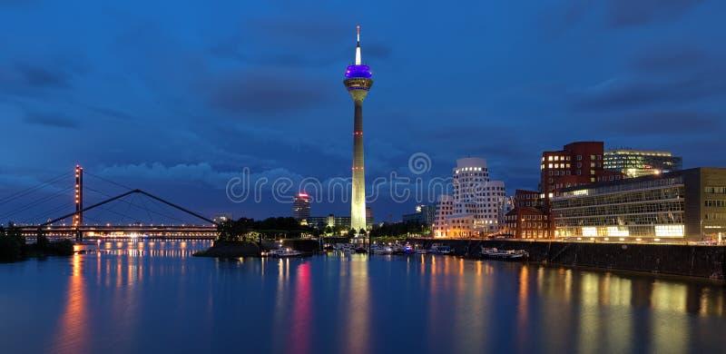 Le panorama de soirée des medias hébergent à Dusseldorf image libre de droits