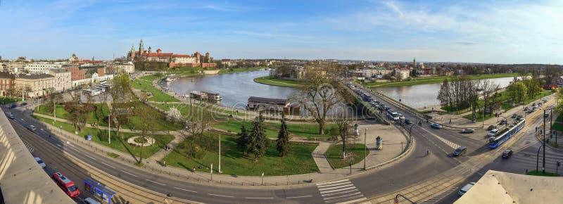 Download Le Panorama Du Château De Wawel Et La Rivière Se Plient Image stock - Image du d0, panorama: 56489477
