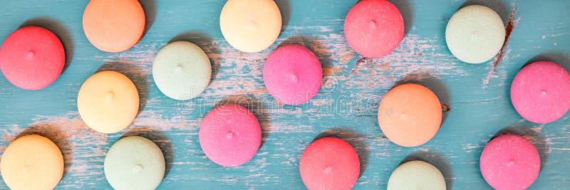 Le panorama, les biscuits doux ou les biscuits ont étendu sur le Ba en bois bleu photos stock