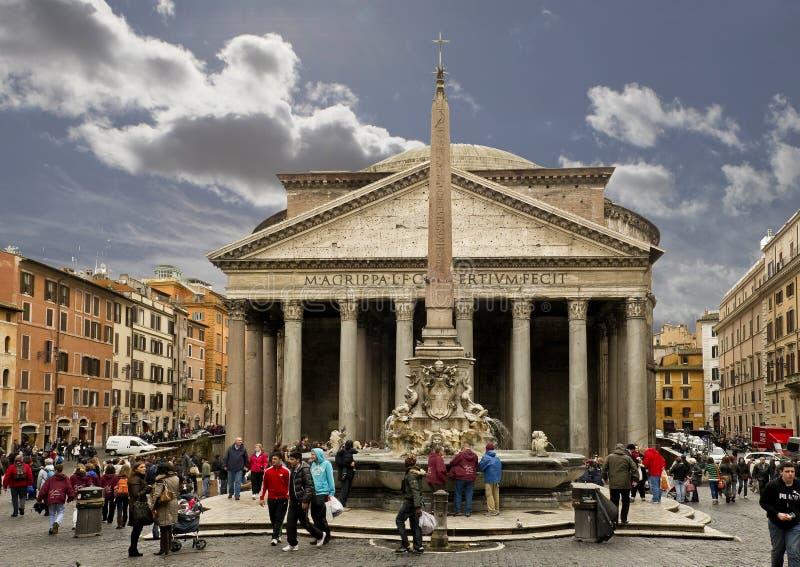 Le Panthéon et la fontaine dans Piazza Della Rotonda image stock