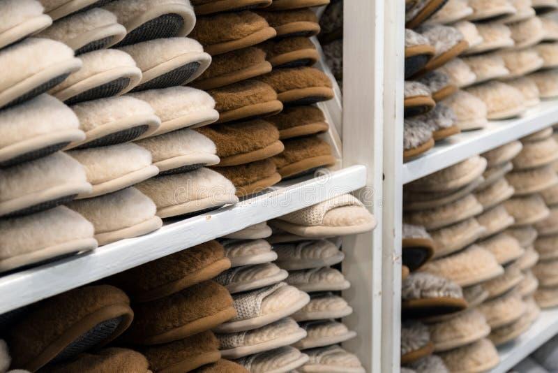 Le pantofole della Camera hanno fatto di lana per l'inverno impilata sulla cima ogni o immagine stock libera da diritti