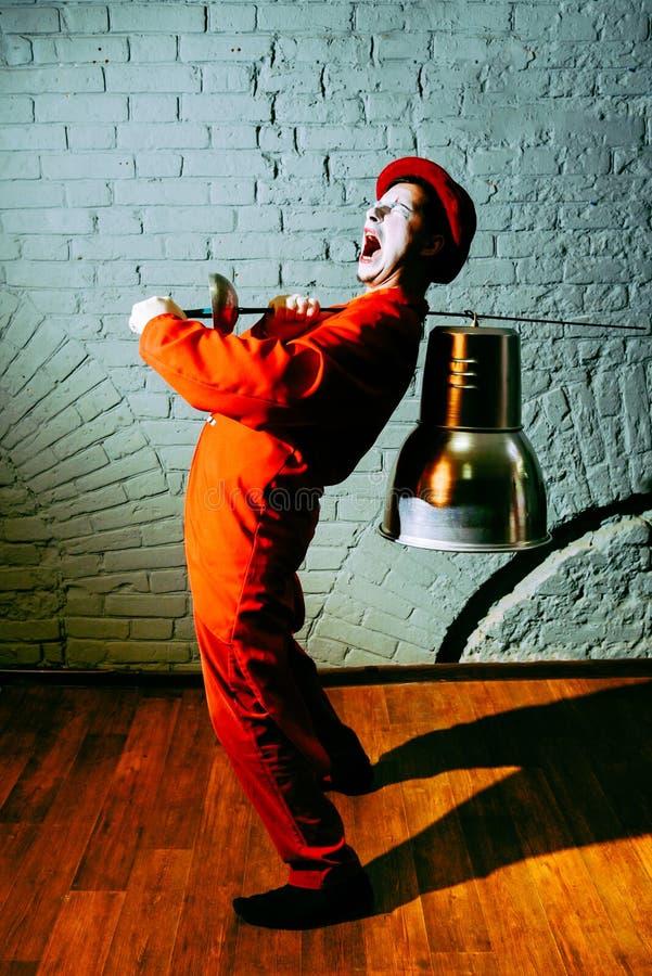 Le pantomime a mis dessus une épée et quelqu'un en métal des parodies photo libre de droits