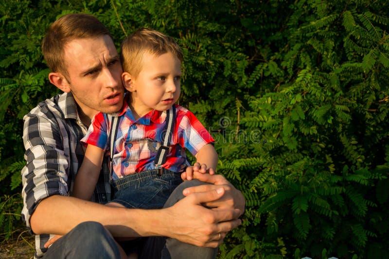 Le papa calme un son petit fils qui est effrayé et va pleurer photographie stock libre de droits