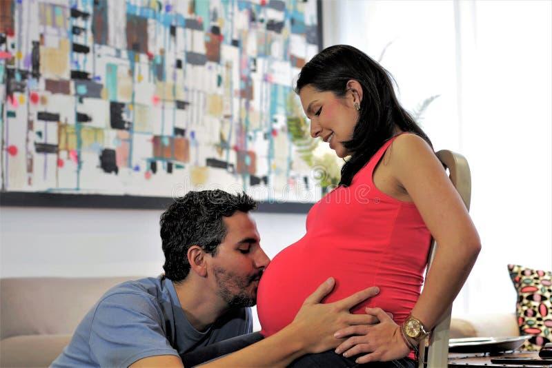 Le papa embrasse le ventre enceinte du ` s d'épouse images libres de droits