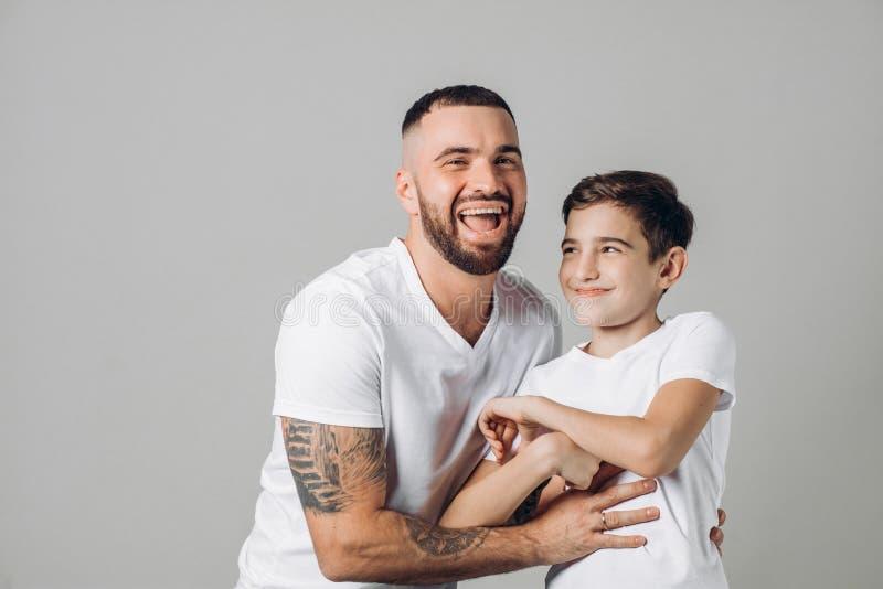 Le papa et le fils riants positifs apprécient le temps photos libres de droits