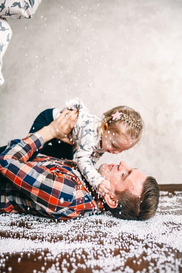 Le papa joue avec sa fille sur le plancher image libre de droits