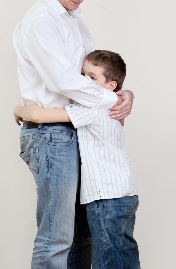 Le papa soulage un enfant triste photo libre de droits