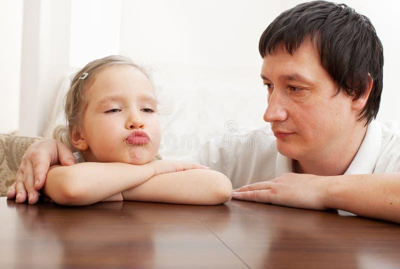 Le papa soulage une fille triste image libre de droits