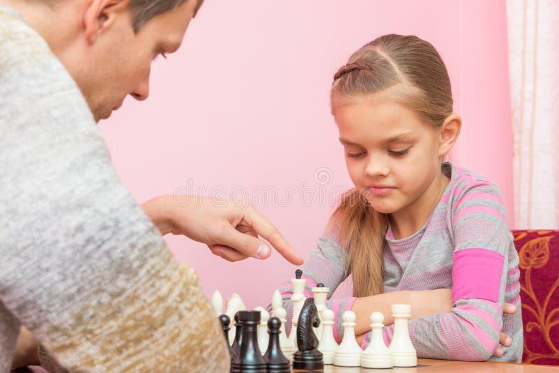 Le pape explique la fille les fondements de la partie d'échecs photo stock