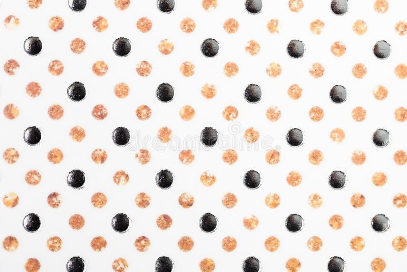 Le papier blanc de modèle de fond de brun d'or et de conception de motif de points noirs en métal pour papier peint de textile mo photos stock