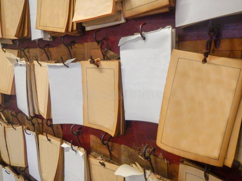 le papier blanc des papiers de guichet de forture sticked sur le mur au tombeau en Thaïlande image stock