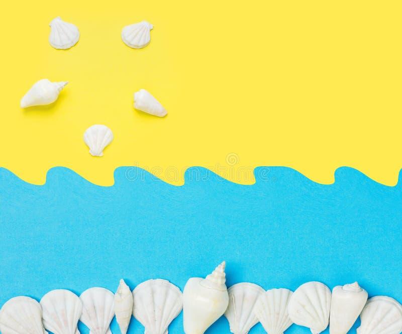 Le papier créatif a coupé le collage sur le fond bleu jaune de duotone avec des ressacs du soleil de coquilles de mer Amusement d photo stock