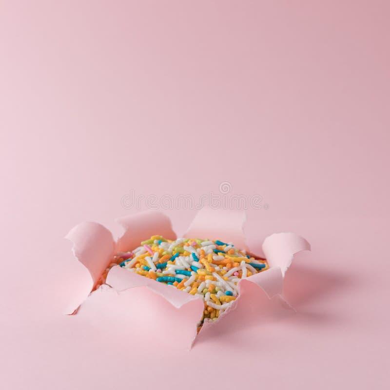 Le papier déchiré rose vif avec coloré arrose le fond Concept abstrait minimal image stock