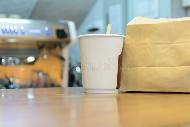 Le papier de café et les sacs en papier bruns sont l'emballage placé sur le contre- magasin photo stock