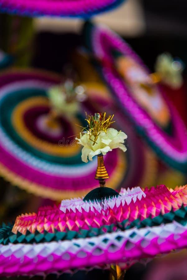 Le papier de Colourfull a fait des articles de décoration se vendre sur le marché chez Chidambaram, Tamilnadu, Inde images libres de droits
