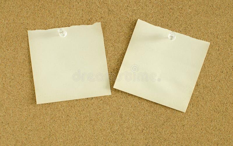 Le papier note la goupille sur le panneau de liège image stock