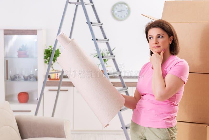 Le papier peint chosing de femme pour le renouvellement plat images stock