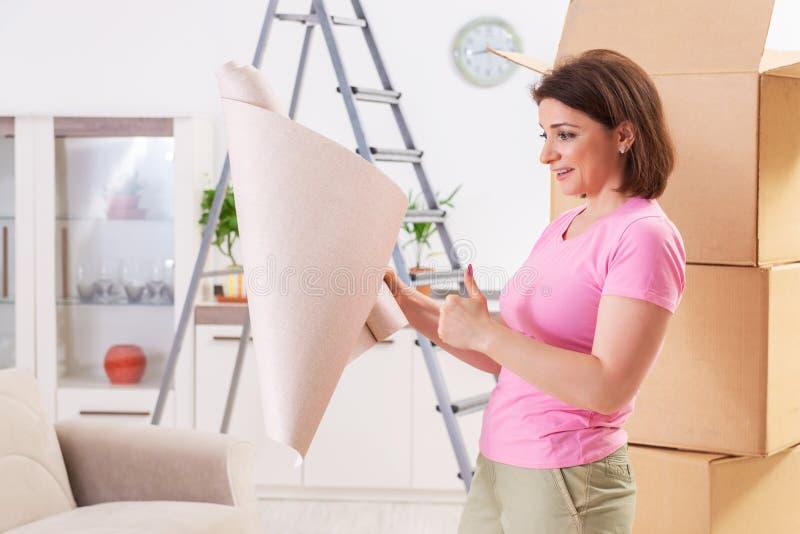 Le papier peint chosing de femme pour le renouvellement plat photos libres de droits