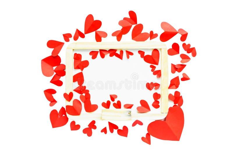 Le papier rouge a formé le coeur autour du tableau blanc sur le backg d'isolement par blanc photos libres de droits